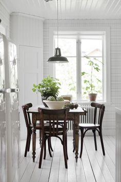 Fresh Farmhouse - nice table legs and everything else about the table! Dining Nook, Dining Room Design, Dining Table, Design Kitchen, Simple Interior, Interior Design, Fresh Farmhouse, White Rooms, Room Inspiration