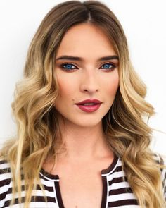 un machiaj de seara superb impreuna cu bucle lasate trendy :X must have Blue Eyes, Make Up, Lips, Artist, How To Wear, Hair, Beautiful, Instagram, Makeup