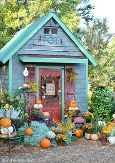 Fall um den Potting Shed Teil 2 und A Nod zu Halloween - Garten Petits Hangars, Small Sheds, Shed Kits, Backyard Sheds, She Sheds, Potting Sheds, Shed Design, Garden Buildings, Garden Structures