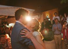 Me apasiona hacer reportajes de bodas. Quiero contar historias personales, novios que se casan bajo un árbol, en una playa o el patio de su casa.