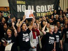 Acadêmicos protestam nesta sexta-feira (27) contra o afastamento da presidente Dilma Rousseff durante congresso realizado em Nova York, nos EUA (Foto: EDUARDO MUNOZ ALVAREZ / AFP)