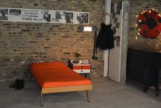 Lit, chevet et porte-manteau années 50 Fifties Style, Fifties Fashion, Entryway Bench, Furniture, Home Decor, Clothes Racks, Stream Bed, Homemade Home Decor, Hall Bench