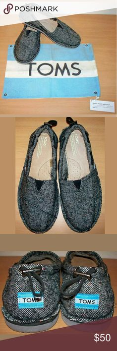 """💋 TOMS Classics mens slip on shoes slippers Authentic pair of mens Toms.  These are incongruent. PLEASE NOTE THE 2 DIFFERENT SHOE SIZES!!!   Size: Left shoe is a 8.5 & the right shoe is a 8 95% Polyester  5% Wool uppers. Faux fur lining.  EVA outsole. multicolor gray Footbed: left (approx. just over 10.25"""") & right (approx. 10.25"""") Comes with dustcover.  Flaws: -Material around trim on left shoe could be glued down a bit, but not really necessary. -Lining in left shoe is a bit bubbled at…"""