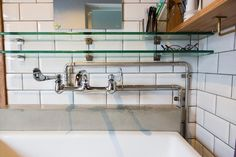 「水道の配管を見せることにはこだわりました。パイプやL字パーツなど、細かい部分は、直接水道工事の担当者と話をしました」