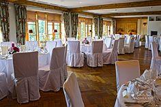 rustically wedding location event location round tables by © radmila kerl wedding photography munich Rustikaler Hochzeitsraum runde Tische