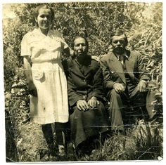 Candelaria Barría y Pascual Vidal Rogel junto a su hija María Guillermina. La imagen fue tomada por el fotografo Boldrini, dueño de la única cámara fotográfica del pueblo.  Fecha estimada 1930.