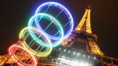 La tour Eiffel entourée des anneaux olympiques, le 12 mai 2005, à Paris (France).   GABRIEL BOUYS / AFP