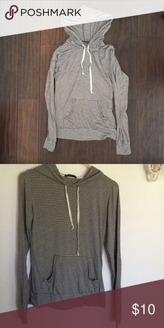 thin hooded sweater brandy Melville black and white stripped light sweater with hood. in perfect condition Brandy Melville Sweaters