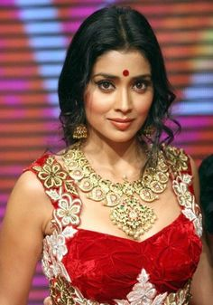 A Bollywood actress in a sexy, sleeveless, bright red velvet sari blouse with embroidered shoulders. Bollywood Actress Hot, Bollywood Girls, Beautiful Bollywood Actress, Beautiful Celebrities, Indian Celebrities, Beautiful Actresses, South Indian Actress Photo, Indian Actress Photos, South Actress
