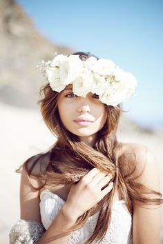 white flower crown with gorgeous golden hair! Pelo Casual, White Flower Crown, White Flowers, Big Flowers, Boho Stil, Nicholas Sparks, Beauty And Fashion, Her Hair, Wedding Hairstyles