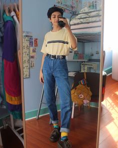 Once viewed as outsiders, hip-hop muscians are actually along at the center of the world of fashion. 70s Outfits, Hipster Outfits, Grunge Outfits, Cool Outfits, Vintage Outfits, Fashion Outfits, 1990s Outfit, Aesthetic Fashion, Aesthetic Clothes