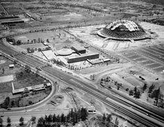 El Palacio de los Deportes en plena construcción. La Avenida Churubusco y el Viaducto se aprecian vacios de vehículos, mientras que en la parte superior, el graderío que hoy tiene el Autodromo Hermanos Rodríguez aun no existe.