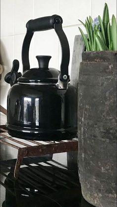 Zwarte ketel Ketel, Sober, Kitchen Appliances, Decoration, Home Decor, Heart, Diy Kitchen Appliances, Decor, Home Appliances