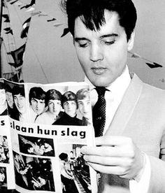 Elvis Presley ojeando un artículo sobre Los Beatles, 1964