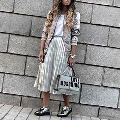 Plata y oro siguen en esta temporada como tonos indiscutible tanto en ropa como Complementos ♣♣♣Con la bomber,la falda Maxi plisada y los Complementos este look resulta ideal para llevar durante todo el día