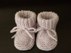 Chaussons parmes 0-3 mois par Mes-tricots-et-astuces Chaussons parme bébé, taille 0/3 mois, tricotés aux aiguilles N°3. FOURNITURES : 1 paire d'aiguilles N°3 1 pelote de laine layette 1 aiguille à laine pour faire les coutures. ECHANTILLON : 23 mailles...