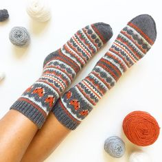 fox-isle-socks 2 - This sock pattern combines two amazing things - fair isle knitting and foxes! Can it get any better? How To Start Knitting, Easy Knitting, Knitting Socks, Knitting Charts, Knitting Patterns Free, Crochet Socks, Knitted Hats, Knit Socks, Fox Socks