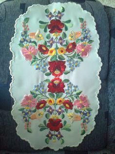 Ovális alakú terítő, gyönyörű kalocsai mintával hímeztem.