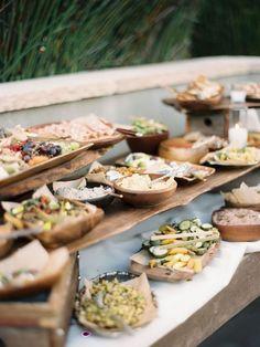 Catering sostenible: el uso de alimentos orgánicos y de origen local será cada vez mas importante. Más y más parejas lo están haciendo una prioridad en su catering de bodas. Lindsay & Heather, LVL Weddings & Events.