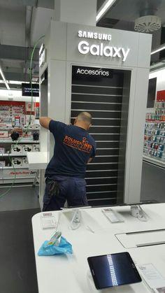 Montaje revestimiento pilares en punto de venta.
