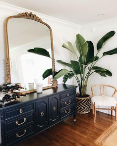 Home decor house decoration apartment theraphy luxury bohemian luxe plants black dresser gold antique mirror Gold Bedroom Decor, Gold Home Decor, Bedroom Vintage, Home Bedroom, Bedroom Ideas, Vintage Apartment Decor, Design Bedroom, Black Gold Decor, Black Gold Bedroom