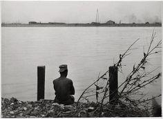 Robert Frank - St. Louis, man sitting by River. 1947.