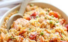 Préparez 250 g de blanc de poulet, 4 carottes moyennes en morceaux, 1 botte d'oignons blancs en rondelles, 1 poivron rouge en morceaux...