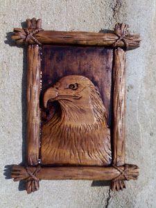 Águia esculpida em madeira