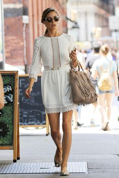 Olivia Palermo La it girl, estupenda como siempre, con este mini vestido blanco con cinturón y bailarinas de piel de serpiente.