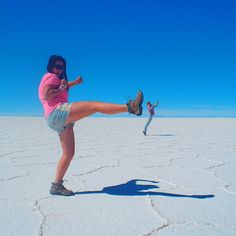 The vast salt flats of Salar de Uyuni, Bolivia offer the perfect backdrop for photographs that fool the eye. Depth Perception, Forced Perspective, Perspective Photography, Perfectly Timed Photos, Tall Women, Creative Photos, Photos Du, Creative Photography, You Changed