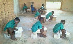 Amenam é uma comunidade agrícola a 25 km de Nkawkaw, no sul de Gana. Nesta escola local a sala de aula é construída de barro. Parte do telhado foi arrancada - os efeitos do tempo severo. Dentro das salas de aula, há apenas algumas mesas quebradas. Mesmo os alunos do Jardim de Infância, entre 3 e 5 anos, não têm assentos. Eles têm de levar bancos de cozinha para a escola, a fim de estudar. Ou sentam-se e escrevem em pilha de blocos de cimento.  Fotografia: The Finder.