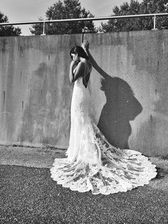 De 2018 collectie van Weddings is nu te passen in onze winkel. De rug van deze Blue by Enzoani is onvergetelijk!
