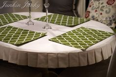 How to make a pleated table cloth. a pretty tablecloth without having it sitting in your lap when you're sitting at the table. Mantel Redondo, Oval Tablecloth, Tablecloth Ideas, Ruffled Tablecloth, Fitted Tablecloths, Table Covers, Slipcovers, A Table, Sewing Projects