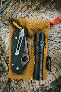 PocKit EDC Pocket Organizer Modern Carry Coyote with a fine looking Spyderco blade.