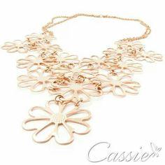 Primavera, sua linda!   Maxi colar de flores,  folheado a ouro rosê.  Super fashion, os maxi colares e brincos continuam com força total.    #Cassie #semijoias #acessórios #love #look #girl #cute #cool #moda #fashion #tendências #trends #estilo #inspiração #Inspired #diorinspired #pérolas #argolas #glamour #likes #dourado #folheado #lookdodia #party #maxicolar #pulseirismo #sãopaulo  #picoftheday