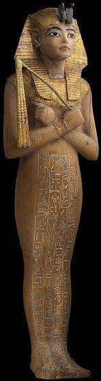 USHEBTI DE TUTANKAMON. Estatuilla en forma de momia depositada en su tumba funeraria en el Valle de los Reyes en la antigua Tebas. Porta sobre su cabeba el caraterístico tocado Nemes y el Uraeus en forma de cobra. Museo Egipcio de El Cairo.