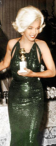 Marilyn with her well deserved Golden Globe. At the 'Golden Globes' Marilyn looks as always, amazing! Arte Marilyn Monroe, Marilyn Monroe Photos, Golden Globe Award, Golden Globes, Divas, Howard Hughes, Norma Jeane, Most Beautiful Women, Lady Diana