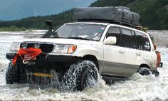 Slee solid axle swap rig climbing outta what looks like a significant river, its just badass! Suv Trucks, Toyota Trucks, Carros Toyota, Landcruiser 100, Lexus Lx450, Toyota Land Cruiser 100, Toyota Lc, Off Road Adventure, 4x4 Off Road