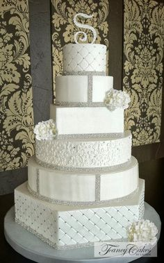 Wow.. So pretty.. beautiful wedding cake with BLING