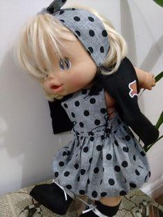 ATENÇÃO: NÃO COMERCIALIZAMOS AS BONECAS. Outono chegou! ...fim de tarde começa a esfriar! Kit com vestido modelo balonê, colete, botinha e faixa para o cabelo. obs.: para vestir melhor o coletinho...jogar os braçinhos para trás. Acompanha caixinha Mentos Baby Alive Doll Clothes, Baby Alive Dolls, Baby Dolls, American Girl, Baby Car Seats, Children, Kids, Winter Hats, Alice
