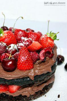 Halbwegs vegan: Schokoladentorte mit Beeren ohne Ei - http://fightoff-yourdemons,blogspot,de