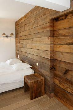 Chambre de villa à Grimaud. Habillage mural en chêne rustique, brossé &…