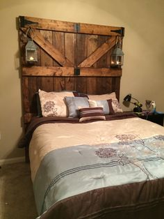 Diy headboard wall mount old doors ideas Interior Barn Doors, Home Decor, Diy Home Decor Bedroom, Minimalist Bedroom, Barndoor Headboard, Cedar Headboard, Headboard, Rustic Bedroom, Master Bedrooms Decor