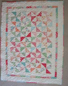 Wee Ones baby quilt by Kelly Guy.  Kelly of Charming Chatter is a gifted quilter who designed this quilt and created a wonderful tutorial.  Get the free pattern: www.freequiltpatterns.info/free-pattern---wee-ones-baby-quilt-by-kelly-guy.htm