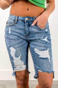 We love these spring and summer cut off bermuda shorts! Denim Shorts Style, Distressed Denim Shorts, Ripped Jeans, Jean Shorts, Boyfriend Shorts Outfit, Short Outfits, Summer Outfits, Diy Shorts, Spring Fashion Casual