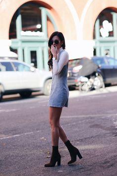 Veja como usar os vestidos jeans, que são super tendência para o verão. A top blogger Danielle Bernstein usa o vestido curto sobreposto a uma camisa branca de manga comprida e bota.