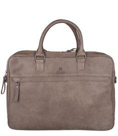 De Working Bag Double Zipper van Fred de la Bretoniere is uitgevoerd in leer van hoogwaardige kwaliteit. De tas is voorzien van twee hoofdcompartimenten die beide sluiten met een rits. Het ene hoofdvak is speciaal bedoeld voor de laptop met een gewatteerde binnenkant. In het andere vak kun je andere persoonlijke eigendommen kwijt door de diverse binnenvakken. Een ideale tas voor naar het kantoor, school of andere gelegenheden waarbij je je laptop bij de hand wilt hebben.