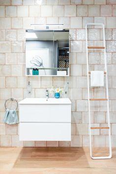 Arredo bagno e accessori di Artesi, qui presentato con un pavimento in effetto legno di Tuscania, abbinato al rivestimento di Iris Ceramica, Maiolica Crema (20x20), per un bagno moderno e dinamico. Urban Looks, Double Vanity, Showroom, Bathtub, Bathroom, Cream, Standing Bath, Washroom, Bath Tub
