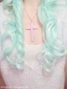 Idée Couleur & Coiffure Femme 2017/ 2018 : Pastel aqua ringlet hair. But mix with pale cupcake pink!