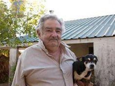 Jose Mujica, Presidente de Uruguay y su perra Manuela en su chacra.